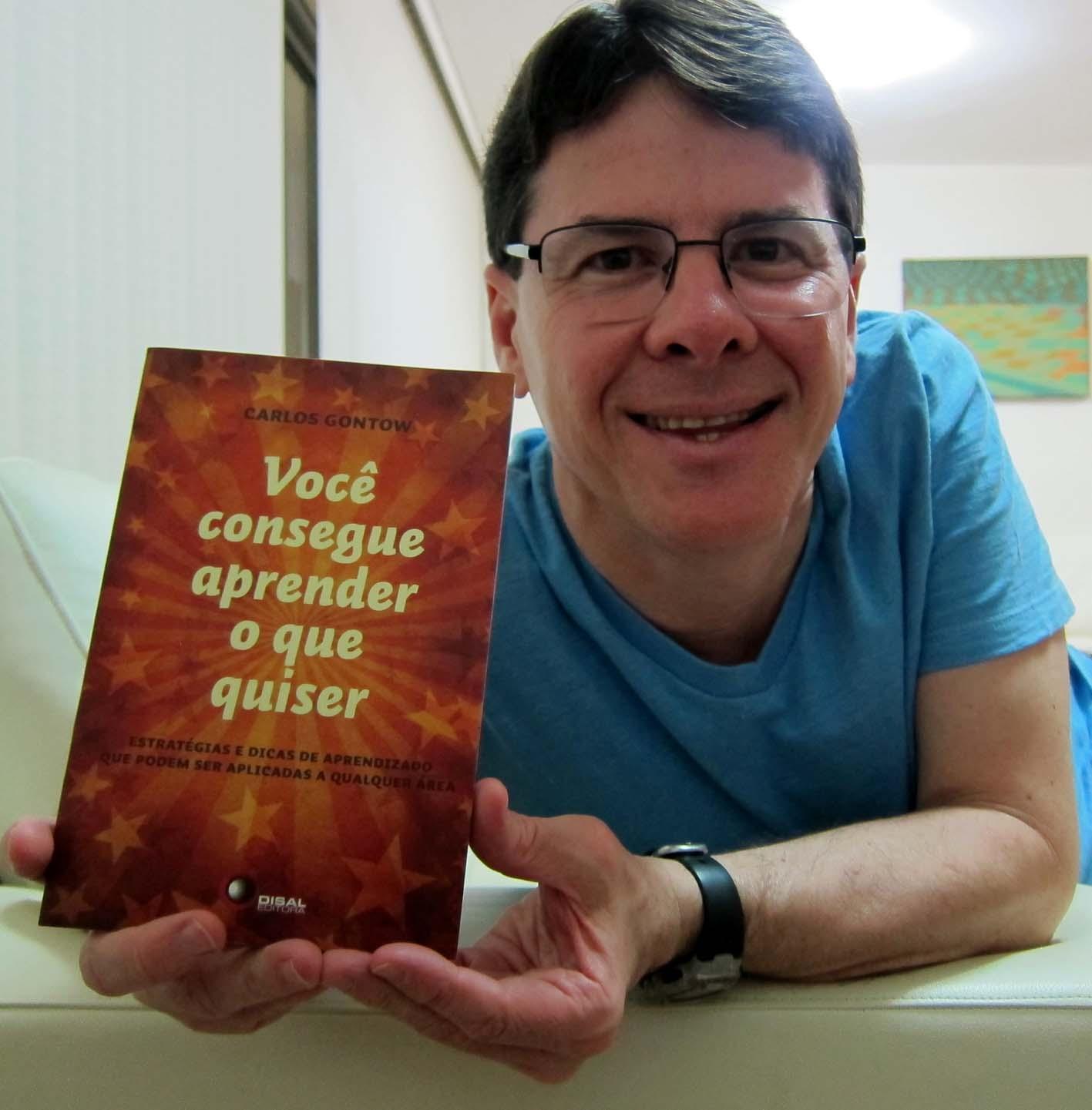 Carlos Gontow com seu novo livro