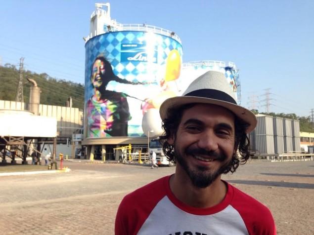 Eduardo Kobra com obra ao fundo