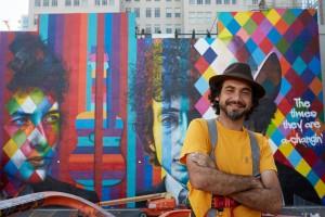 Kobra em frente ao mural que mostra três fases da vida de Dylan